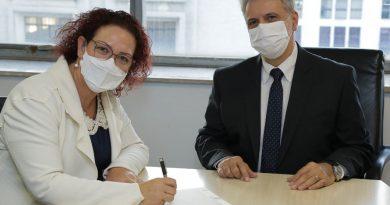 Prefeita Tati assina termo de doação de terreno para construção do Conjunto Habitacional Lucélia G